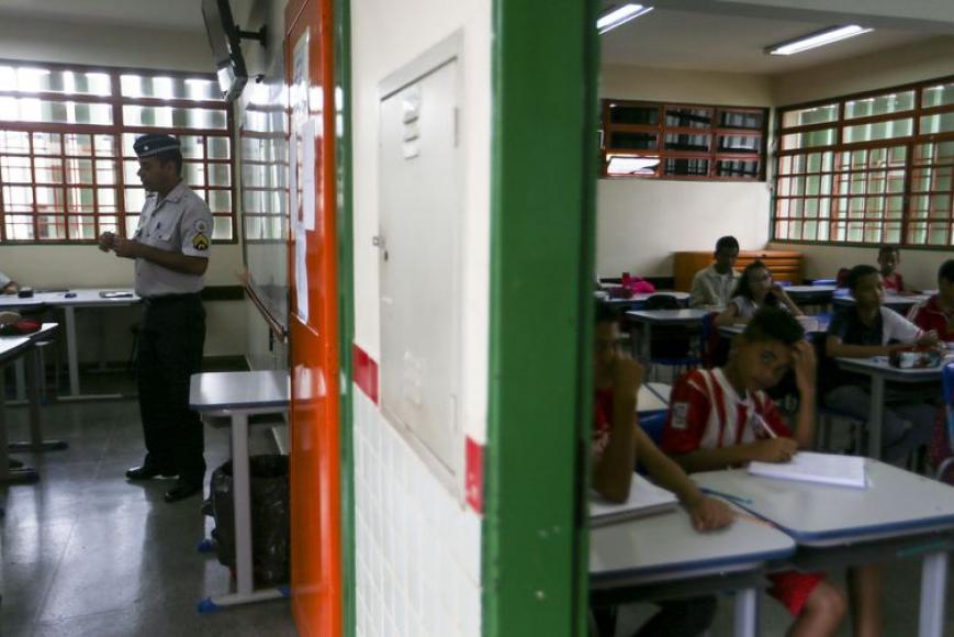 Professores mal remunerados e privilégios inaceitáveis nas escolas cívico-militares